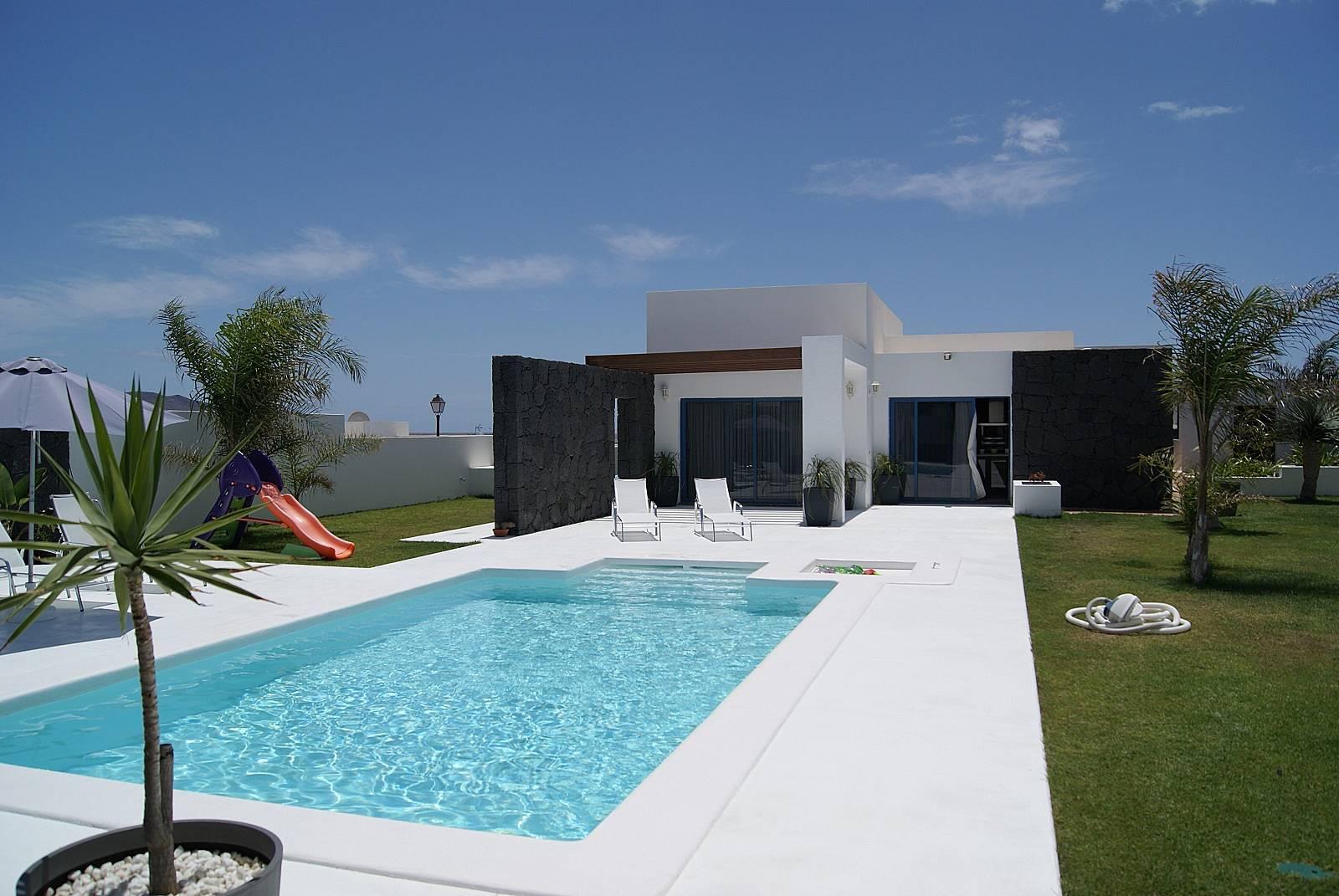 Villa julia con piscina privada climatizada monta a roja for Villas en lanzarote con piscina privada