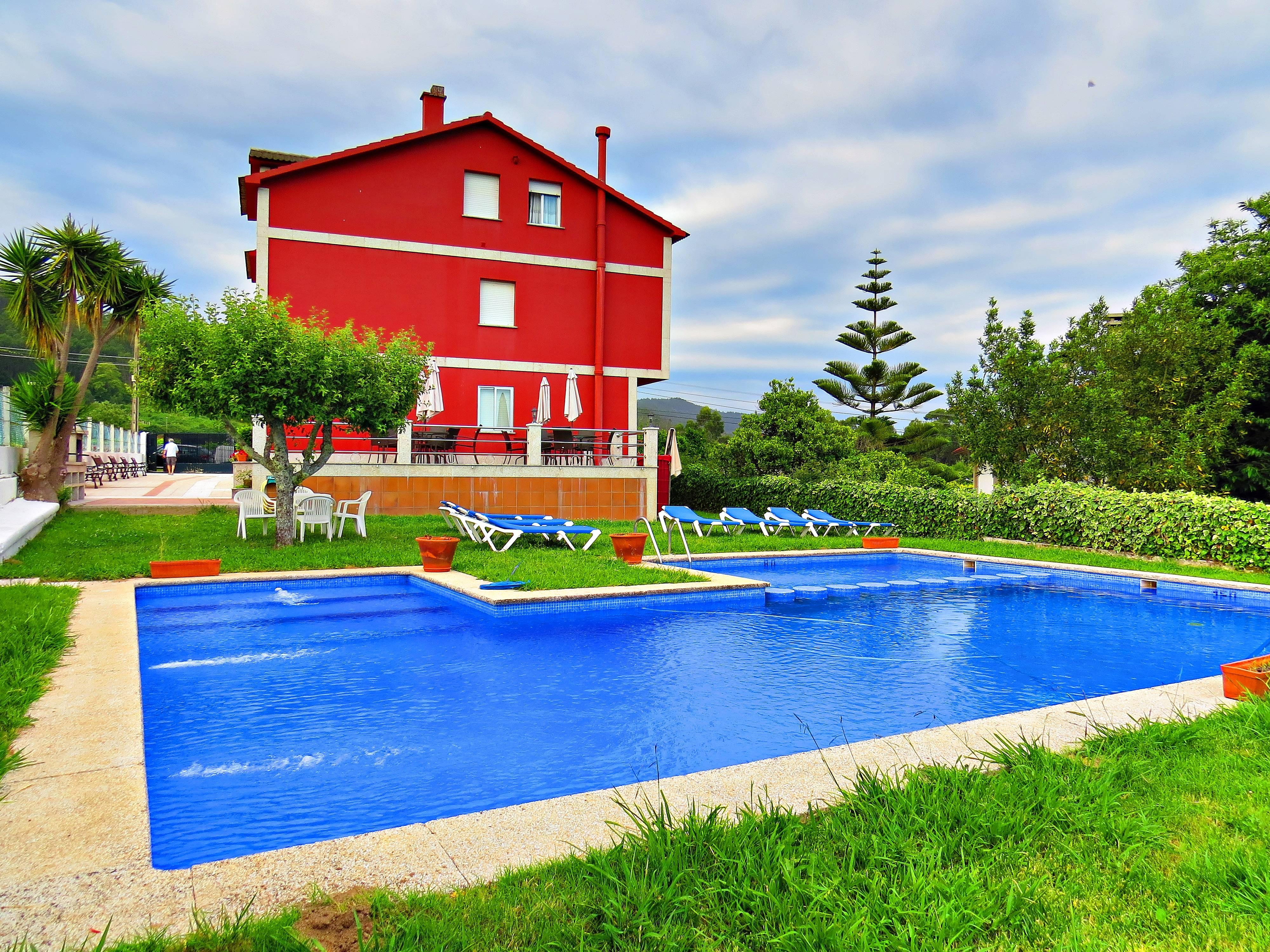 Piscina jard n y barbacoa a 800 m de la playa for Barbacoa y piscina madrid