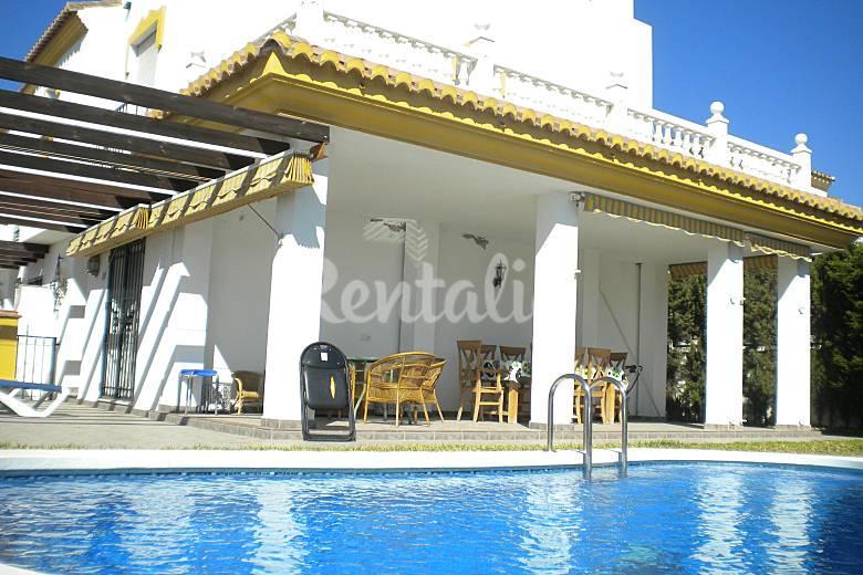 Chalet piscina privada jard n torre del mar v lez for Piscina torre del mar