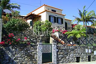 Casa com jardins e vista panorâmica sobre o ...