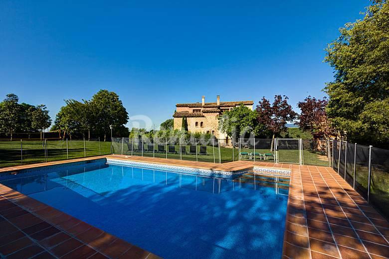 Villa para 17 20 pax con piscina y gran jard n olives for Piscina jardin girona