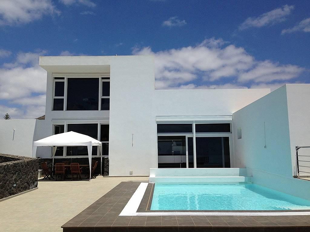 Villa moderna con piscina privada y climatizada macher for Villas en lanzarote con piscina privada