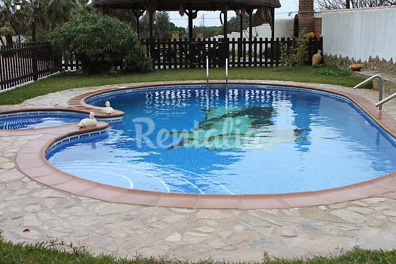 Cortijo y tres casas con piscina para 32 persona la for Piscinas chiclana
