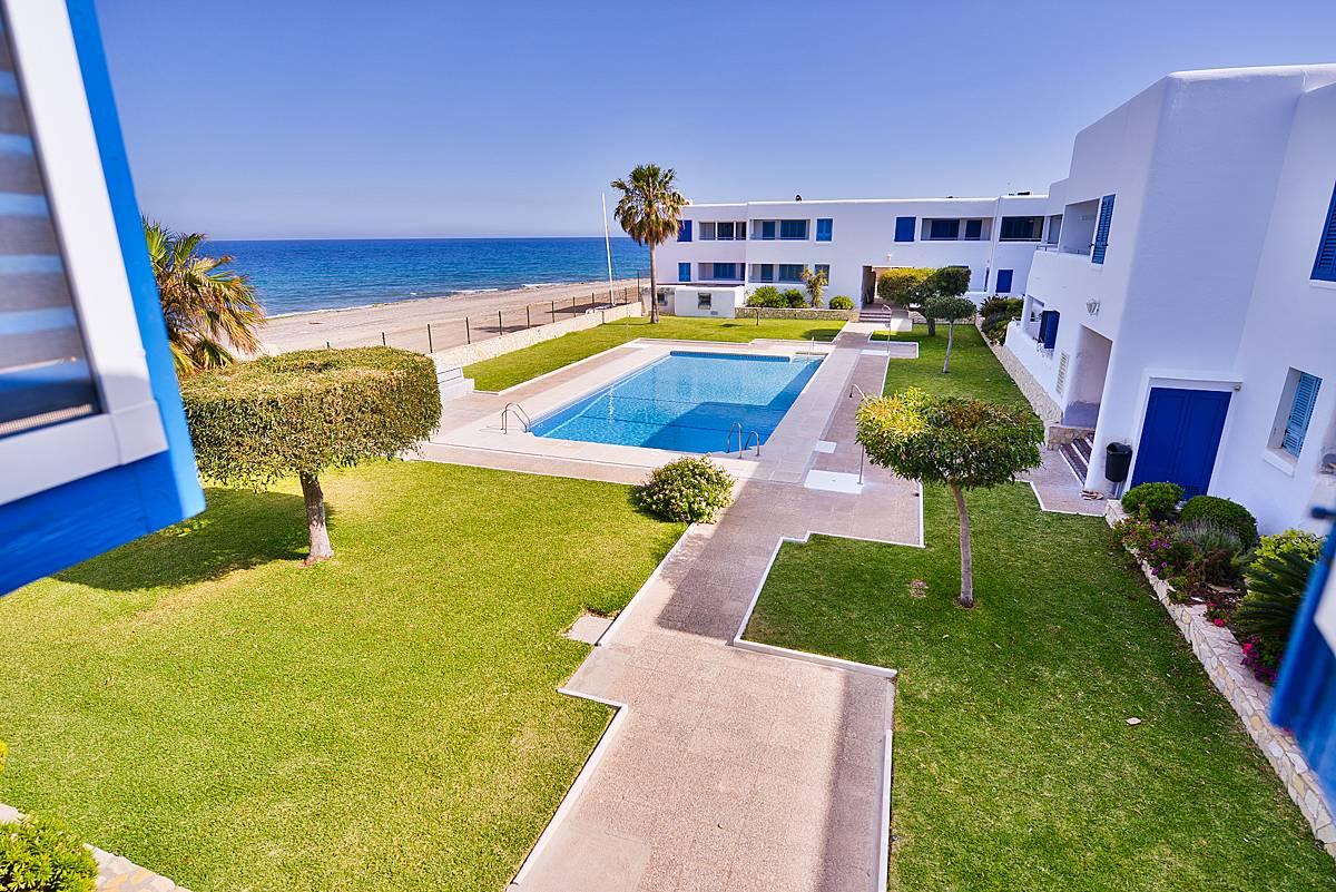 Apartamento de 2 habitaciones en 1a l nea de playa for Apartamentos playa mojacar