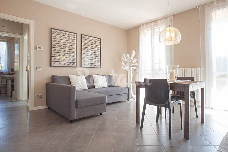 Apartamento para 2 4 personas a 5 km de la playa lonato for Distribucion apartamento 50 m2