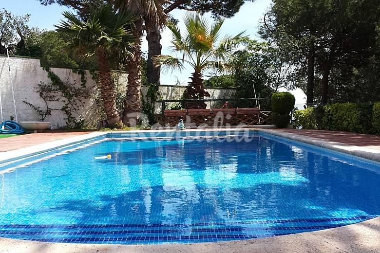 Villa con piscina y gran parque para ni os vistamar for Piscina publica barcelona