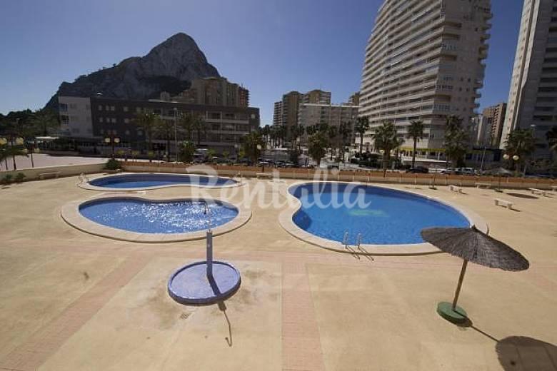 Apartamentos en 1 linea de levante piscina calpe calp for Piscinas calpe