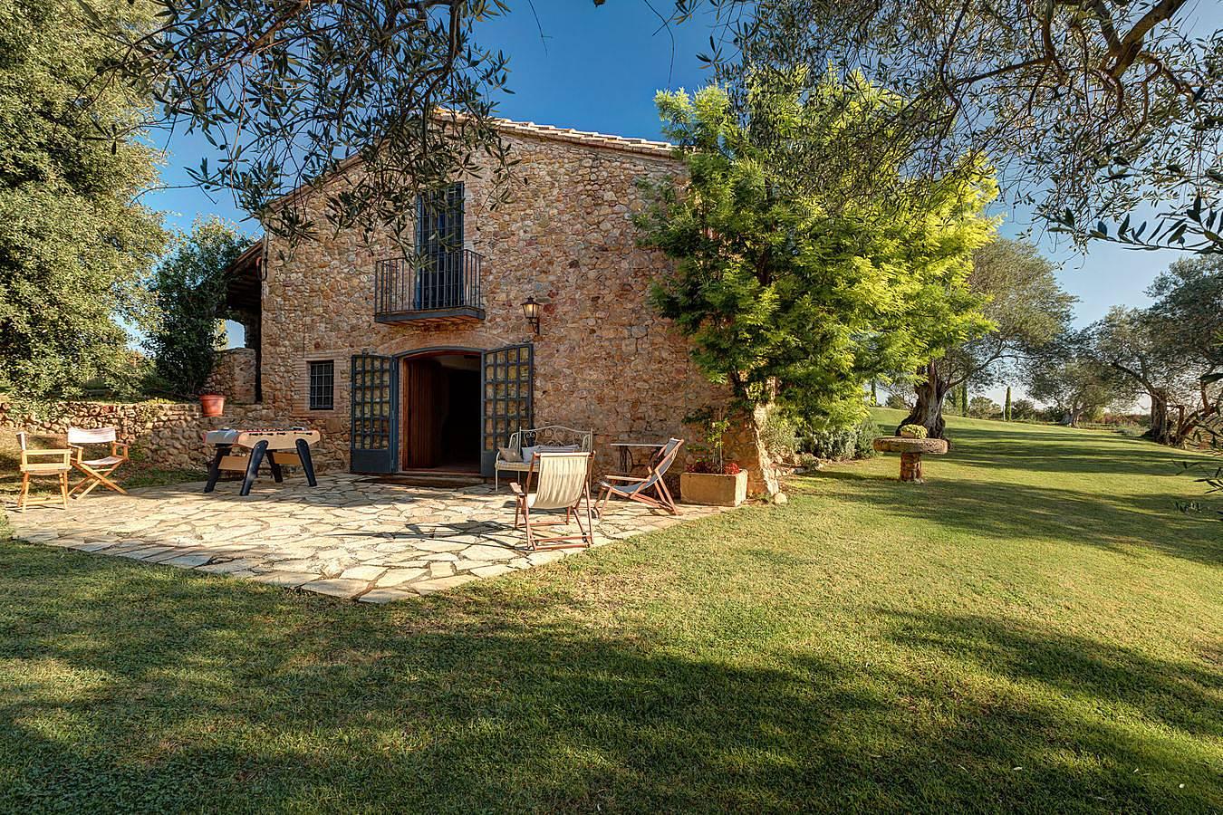Casa con jard n de 10000 m2 y piscina privada llad for Piscina jardin girona