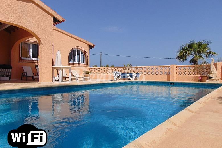 Villa con piscina y vistas al mar en calpe calpe calp for Piscina alicante