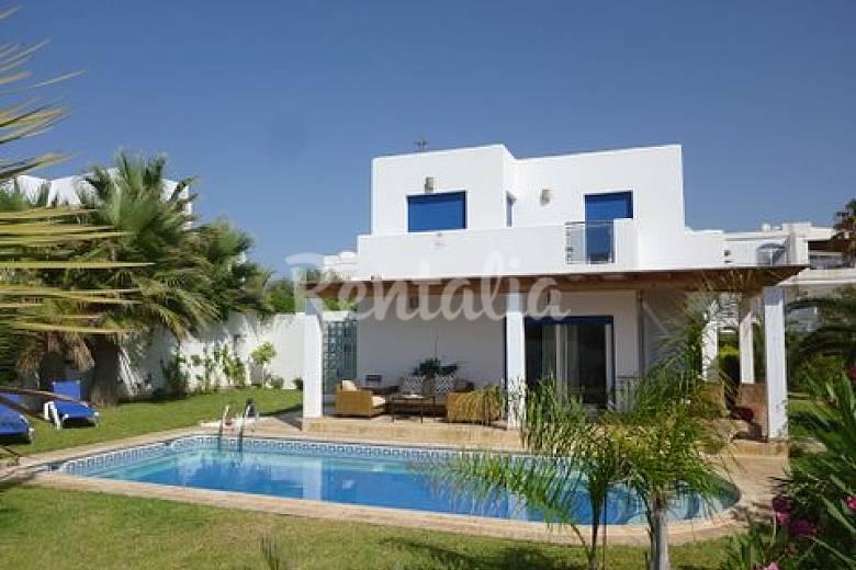 Villa con piscina privada 50 m de la playa moj car playa for Piscina 50 m