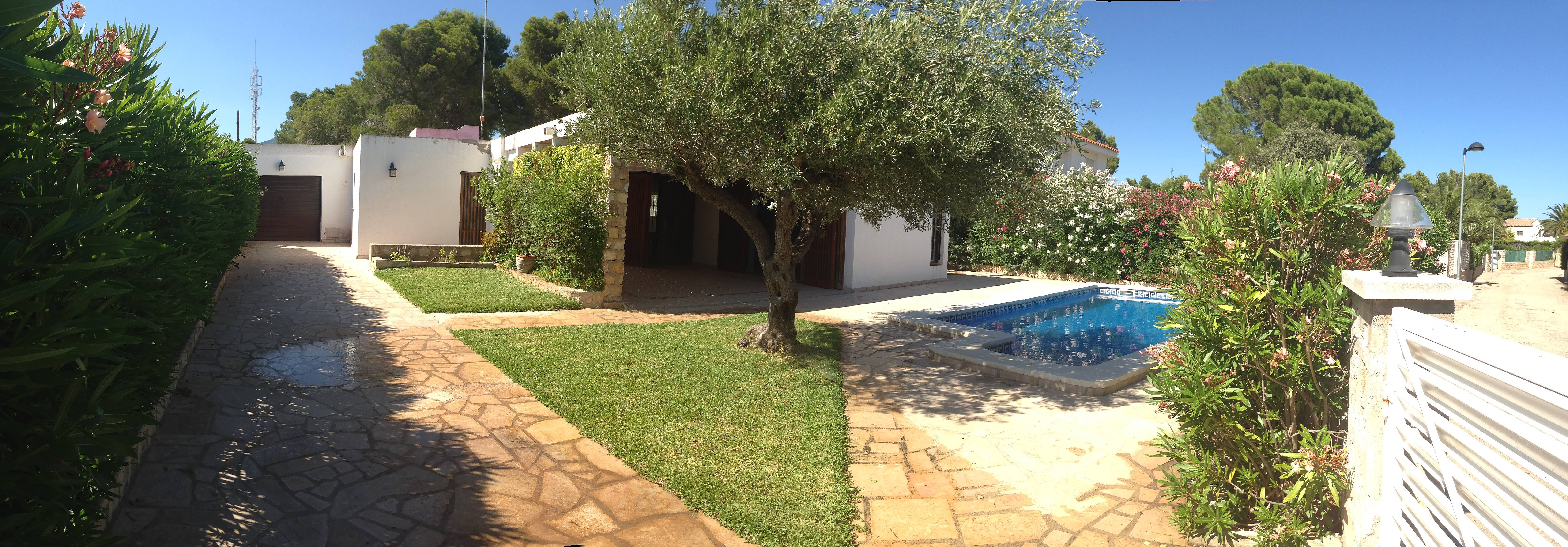 Villa con jard n y piscina muy cerca de la playa for Piscina y jardin 2002 s l