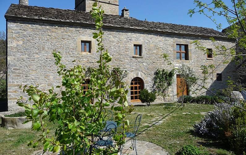 Casa de piedra con jardín (siglo XVII) Huesca