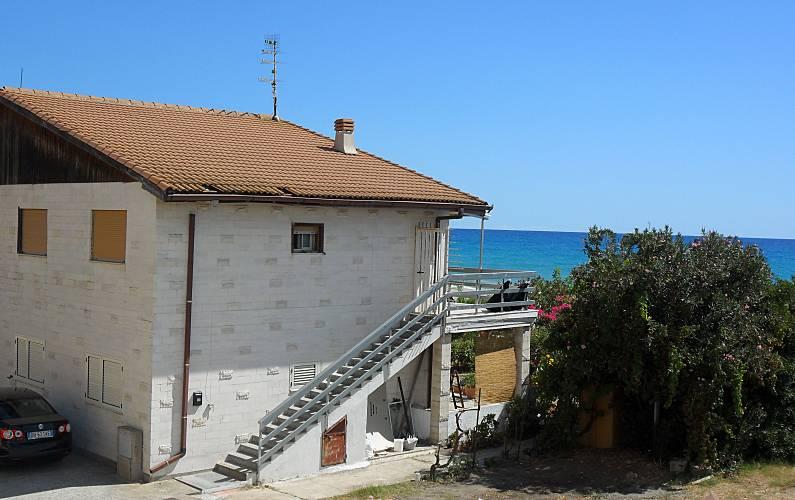 Casa in affitto a 50 m dalla spiaggia canalello for Case in affitto reggio calabria arredate