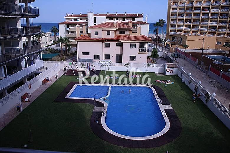 Apartamento con piscina a 50 metros de la playa for Piscina 50 metros barcelona