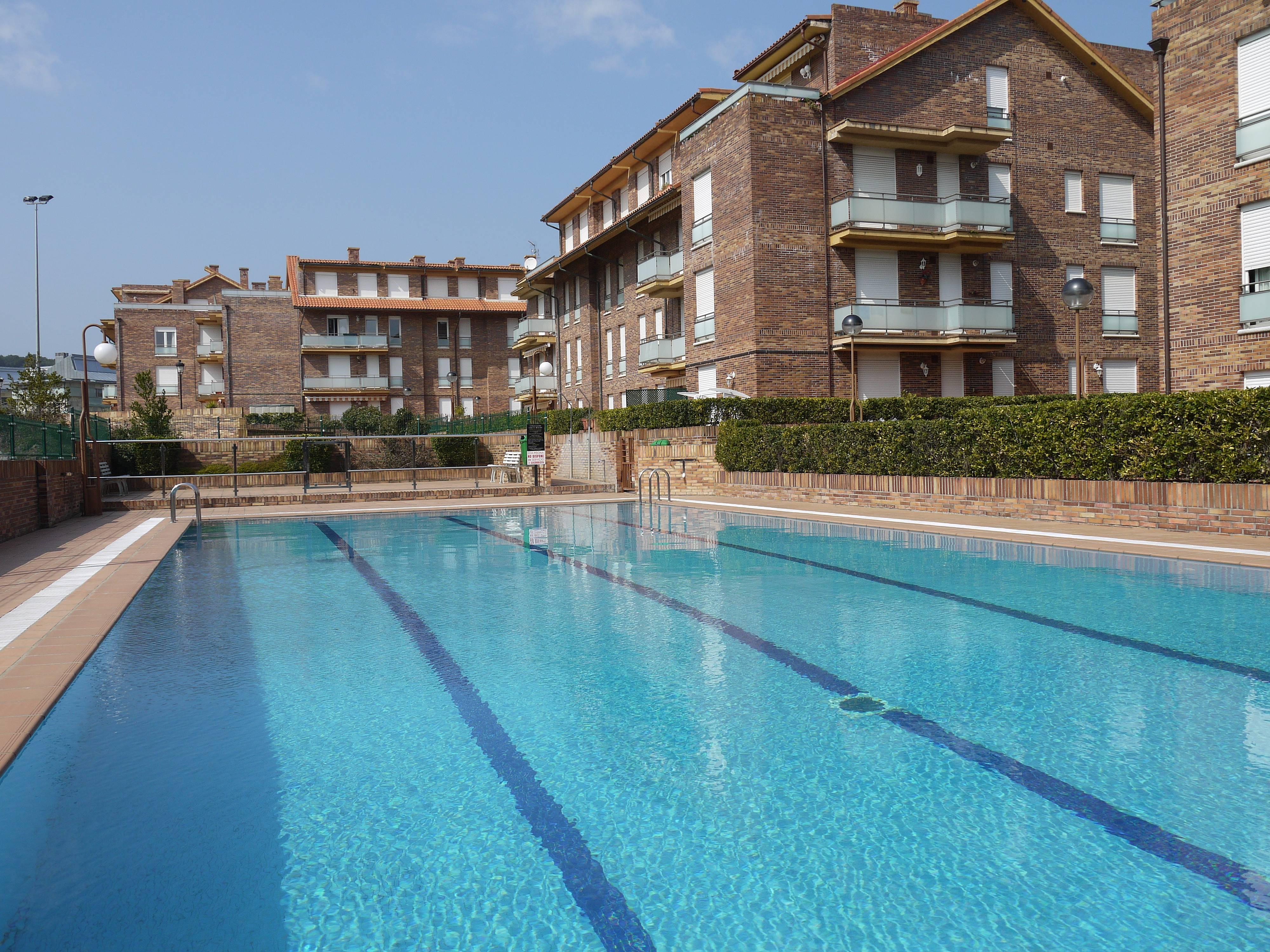 Planta baja con terraza en urb con piscina isla playa - Piscinas en santander ...