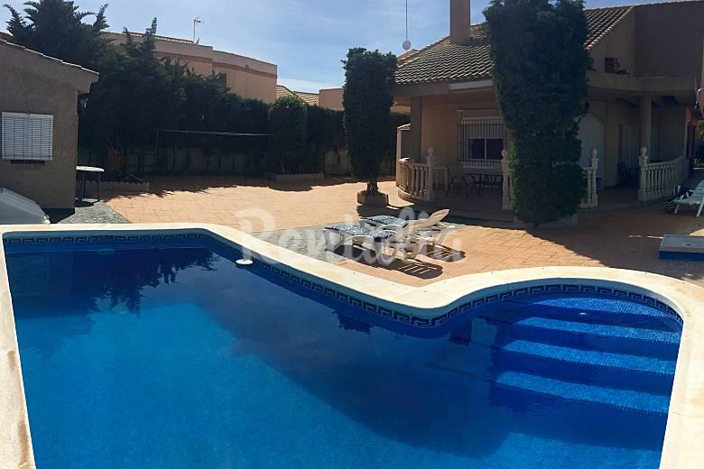 Chalet con piscina privada a 100m de la playa la manga for Casas vacacionales con piscina