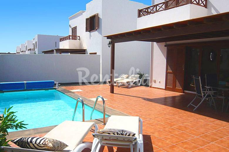 Preciosa villa individual piscina privada y wifi playa for Villas en lanzarote con piscina privada