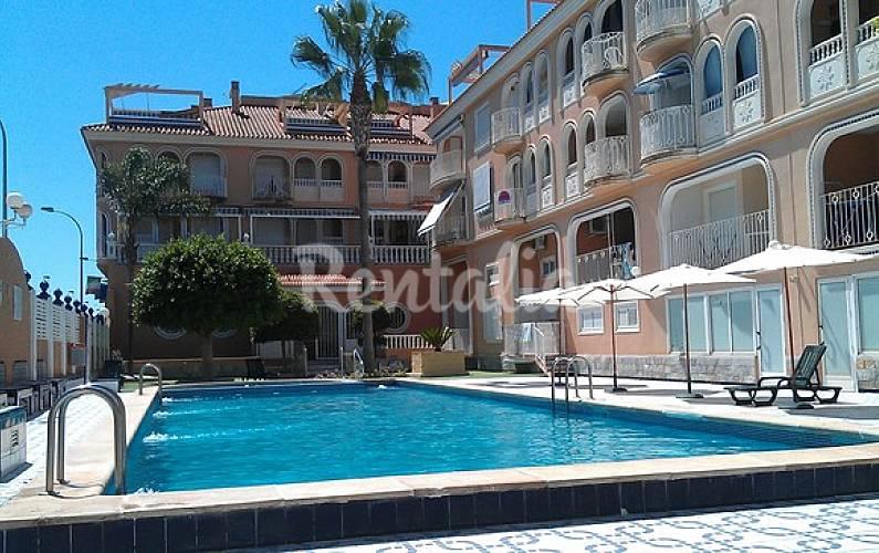 Apartamento de 3 habitaciones a 100 m de la playa los for Piscina los alcazares