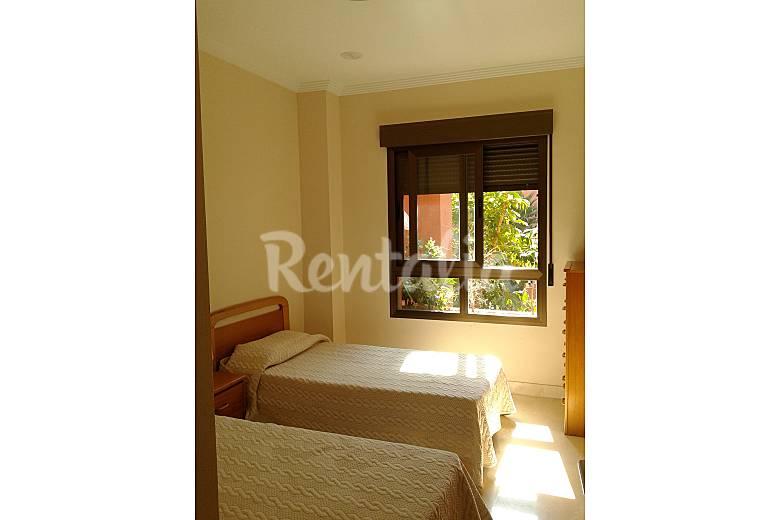 Apartamento de 2 habitaciones a 400 m de la playa playa for Urbanizacion jardin de la reina granada