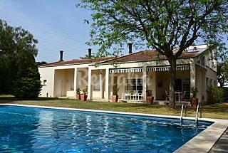 Chalet de 2 plantas con piscina y jardín Tarragona