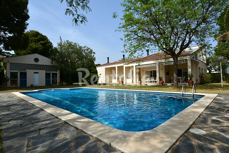 Chalet de 2 plantas con piscina y jard n barri maritim for Piscina el vendrell