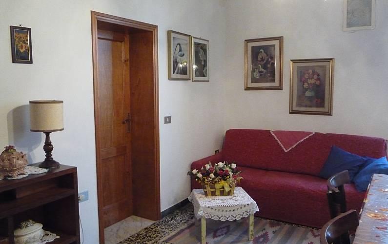 Wohnung f r 4 5 personen mit privatem garten chianni for Esszimmer italienisch