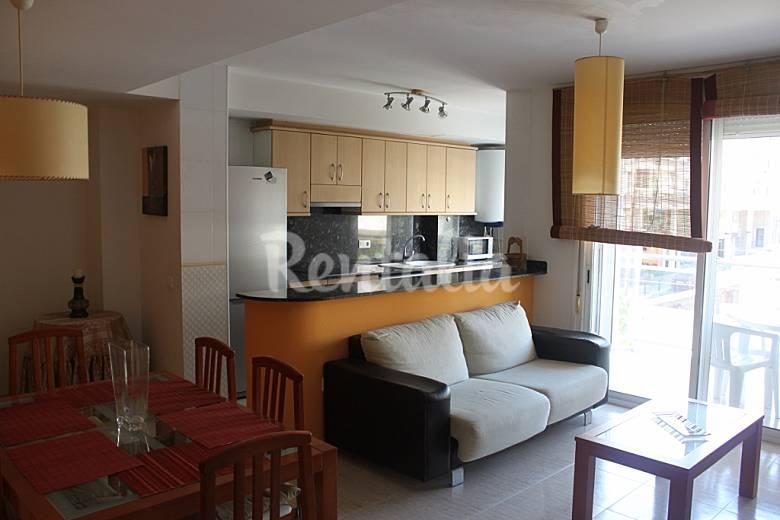 Apartamento de 3 habitaciones a 150 m de la playa sant for Cocina 6 metros cuadrados
