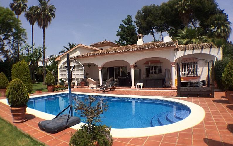 Villa pour 8 9 personnes 1500 m de la plage paraiso for Villa malaga piscine