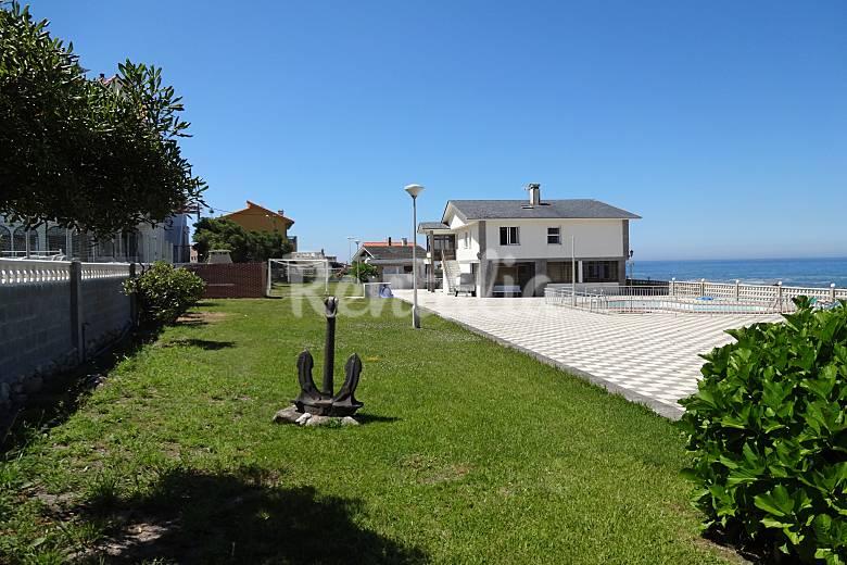 Casa con piscina junto al mar viladesuso san miguel p for Casas modernas junto al mar
