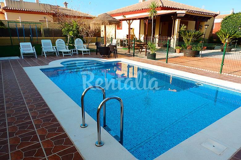 Casa chalet con piscina privada a 700m de la playa la for Casas con piscina privada en cadiz