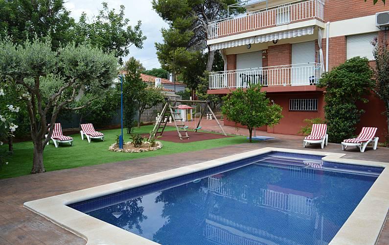 Villa de 5 chambres 1500 m de la plage cubelles for Chauffage piscine russe