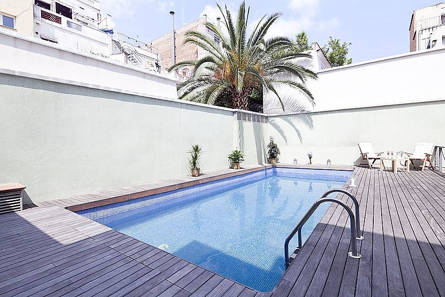 Apartamento con terraza privada y piscina barcelona for Piscina publica barcelona