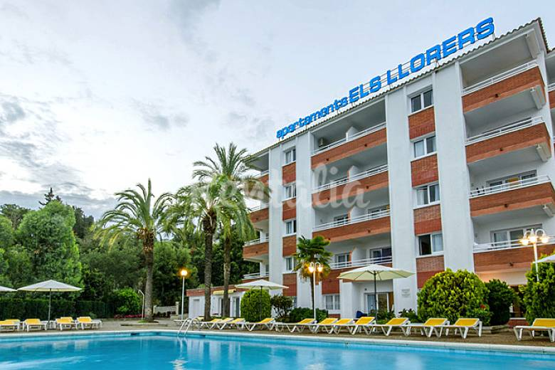 Bonitos apartamentos con piscina y bonitas vistas for Hoteles en lloret de mar con piscina climatizada