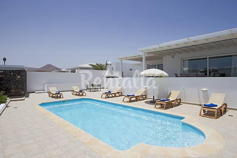Villa lazy days con piscina privada climatizada puerto for Villas en lanzarote con piscina privada