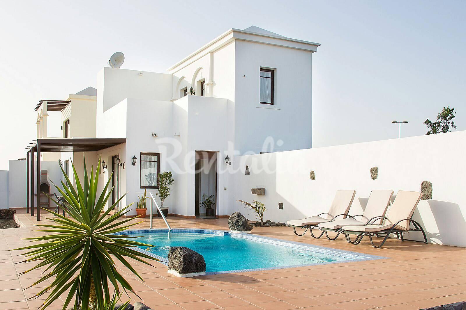 Villa con piscina privada y wifi playa blanca yaiza for Villas en lanzarote con piscina privada