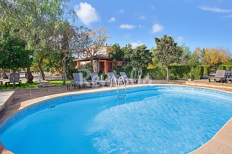 Amplia casa de campo para 16 con piscina y jard n for Piscinas en el campo