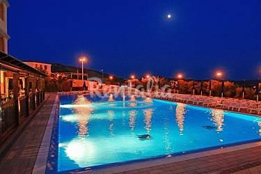 En la residencia con piscina y pistas de tenis san for Piscina santa teresa