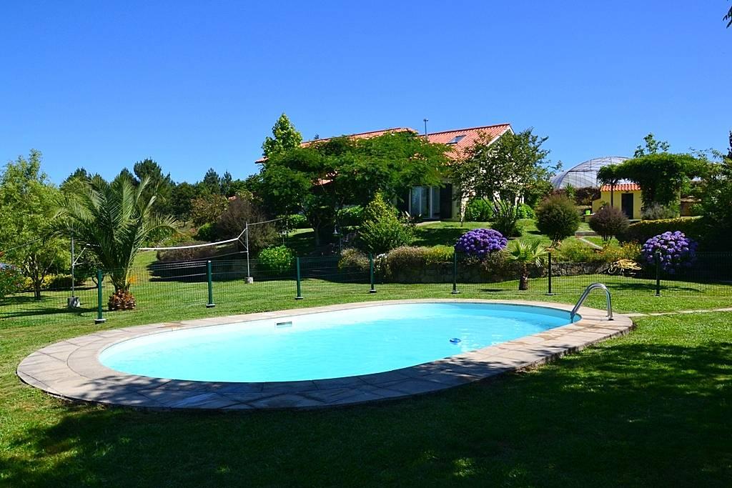 Villa con piscina norte de portugal linhares paredes for Piscinas norte