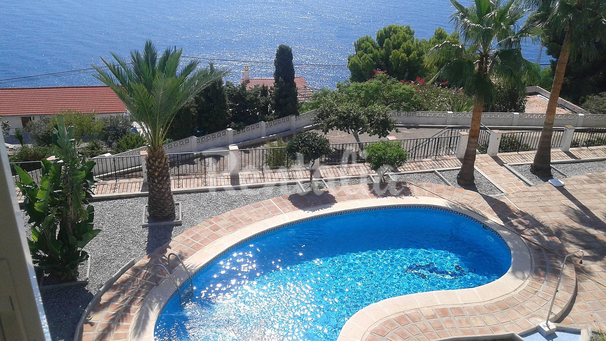 Villa con vista al mar y piscina salobre a granada for Piscina climatizada granada