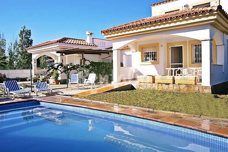 Villa con piscina en alquiler a 300 m de la playa riumar for Alquiler de piscinas