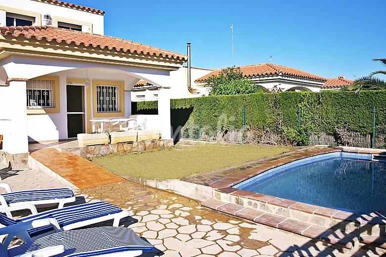 villa con piscina en alquiler a 300 m de la playa riumar