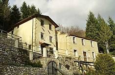 Rustico in collina con giardino vista mare. Lucca