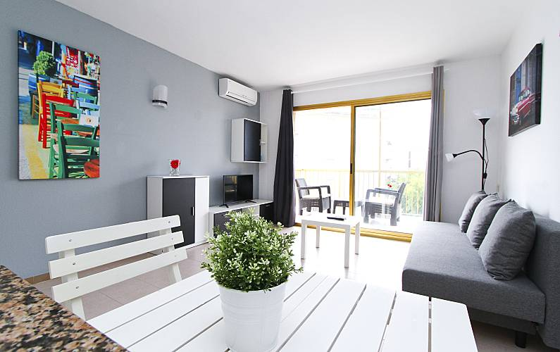 Apartamento renovado com vista mar turismar la pineda for Sala 0 tarragona