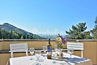 In collina. Vista mare, Villa singola con piscina. Lucca