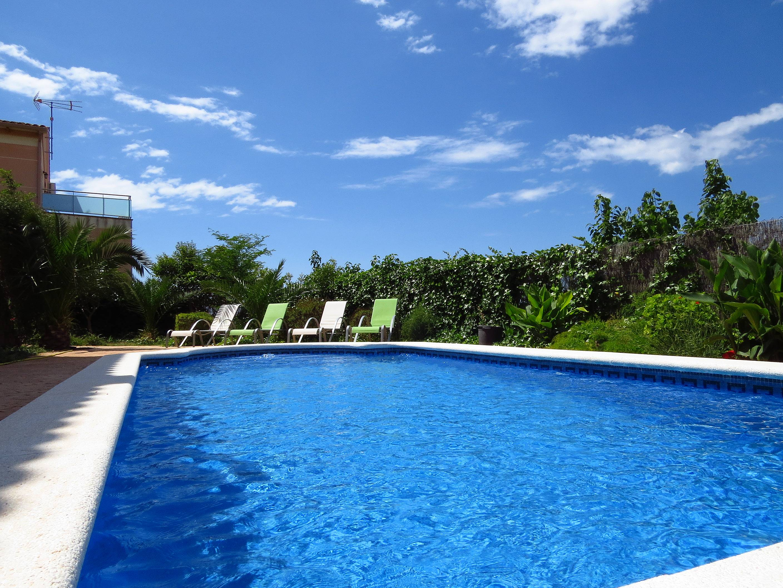 Confortable villa con piscina en la costa dorada for Camping con piscina climatizada en tarragona