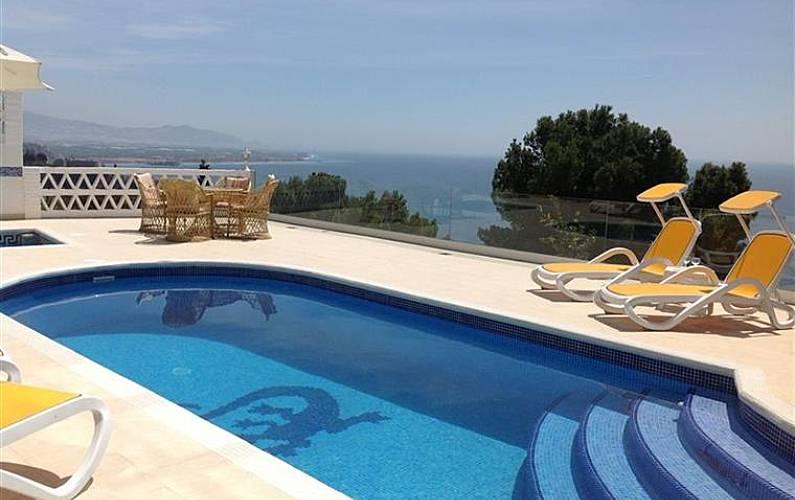 Moderno chalet con piscina privada y jaccuzy salobre a for Piscina granada centro