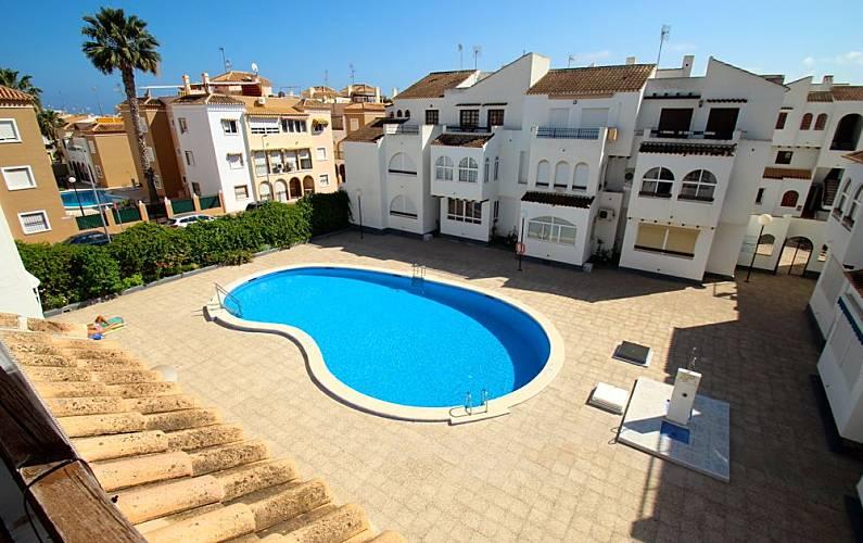Apartamento en alquiler con a c cerca de la playa for Piscina torrevieja