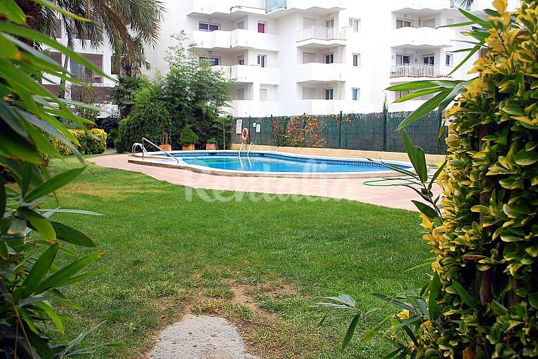 Apartamento bien equipado piscina y jardin roses for Piscina jardin girona