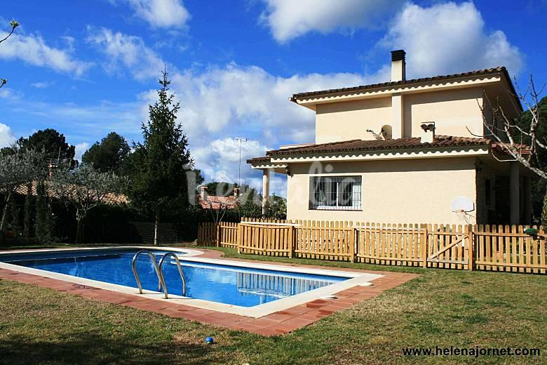 Casa unifamiliar con jard n privado piscina wifi for Piscina jardin girona