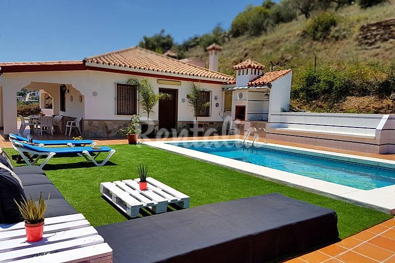 Villa con piscina cerca de mabella guaro m laga parque for Piscina publica malaga